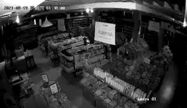【监控】今天凌晨,阜宁城南8家门市被盗,还是那帮未成年...
